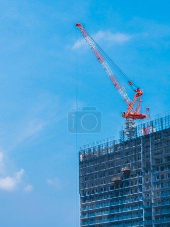 Photo pour Bâtiment de grue en construction extérieur avec fond ciel - image libre de droit