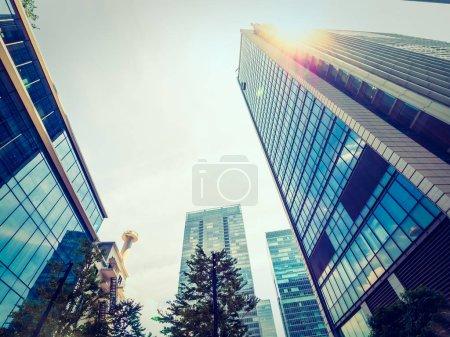 Photo pour Magnifique gratte-ciel avec fenêtre de verre et d'architecture extérieure du bâtiment dans le quartier des affaires de la ville - image libre de droit