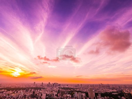 Photo pour Belle vue aérienne de l'architecture et du bâtiment autour de la ville de Tokyo au coucher du soleil au Japon - image libre de droit
