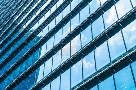 Photo pour Bel immeuble de bureaux d'affaires d'architecture avec motif de verre de fenêtre dans la ville gratte-ciel - image libre de droit