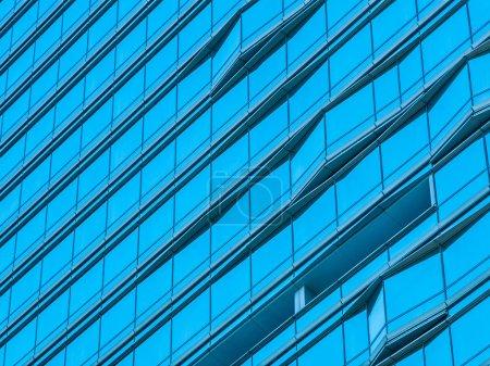 Photo pour Modèle abstrait de verre de fenêtre extérieur de l'immeuble de bureaux d'architecture - image libre de droit