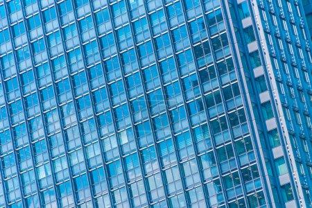Bel immeuble de bureaux d'affaires d'architecture avec motif de verre de fenêtre dans la ville gratte-ciel