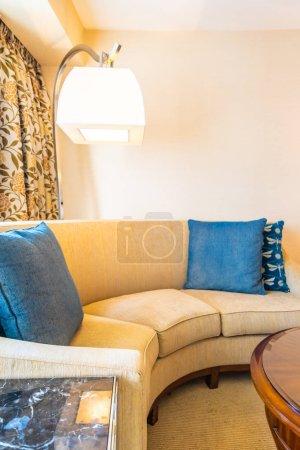 Photo pour Oreiller confortable sur la décoration du canapé dans le salon - image libre de droit