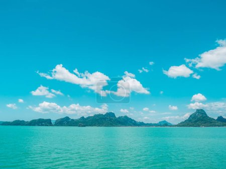 Photo pour Bel océan tropical avec nuage blanc sur fond de ciel bleu pour les voyages et les vacances - image libre de droit