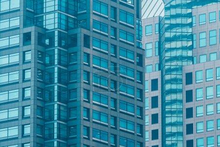 Photo pour Bel immeuble de bureaux extérieur moderne avec des textures de motif de fenêtre en verre - image libre de droit