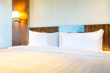 Photo pour Belle oreiller blanc confortable sur le lit avec décoration lampe à l'intérieur de la chambre à coucher - image libre de droit