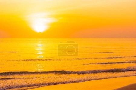 Photo pour Beau paysage extérieur nature tropicale avec mer et plage au coucher du soleil ou au lever du soleil pour les vacances et les voyages - image libre de droit