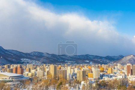 Foto de Hermosa arquitectura del edificio con el paisaje de montaña en la ciudad de invierno temporada Sapporo Hokkaido Japón - Imagen libre de derechos