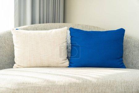 Photo pour Oreiller confortable sur canapé chaise décoration la vie intérieure de la zone - image libre de droit