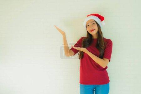 Photo pour Portrait belles jeunes femmes asiatiques portant le chapeau de Père Noël pour la célébration dans le jour anniversaire de Noël - image libre de droit