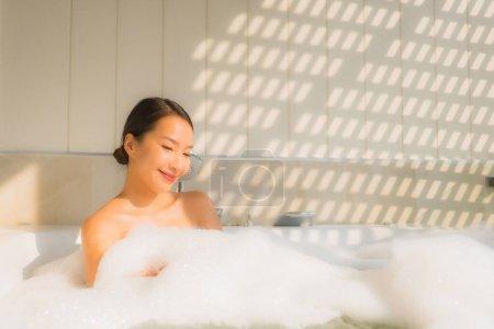 Photo pour Portrait jeune asiatique femme relax prendre un bain dans baignoire pour spa concept - image libre de droit