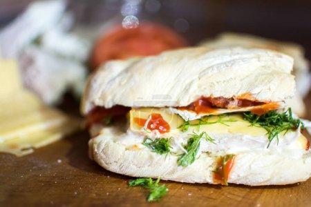 Photo pour Sandwich au poulet frais avec fromage sur carton en bois - image libre de droit