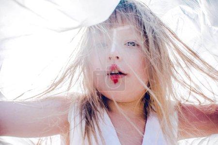 Photo pour Portrait de petite fille blonde mignonne avec le maquillage lumineux au soleil - image libre de droit