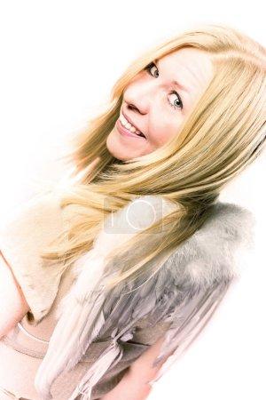 Photo pour Femme aux ailes d'ange souriant au temps de Noël - image libre de droit