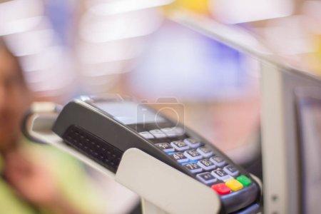 Photo pour Terminal de carte de crédit. Processeur de carte de crédit. Machine de paiement et carte de crédit au supermarché . - image libre de droit