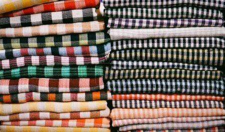 Foto de Toallas coloridas, pañales, textiles plegados, tela como fondo - Imagen libre de derechos