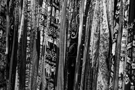 Foto de Un gran número de coloridos chales, textiles estampados, Fondo - Imagen libre de derechos