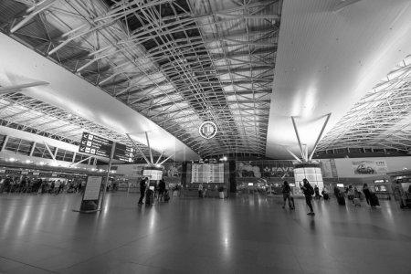 KIEW, UKRAINE - 23. August 2020: Menschen auf dem Internationalen Flughafen Boryspil in Kiew. Abend, Nacht. schwarz-weiß