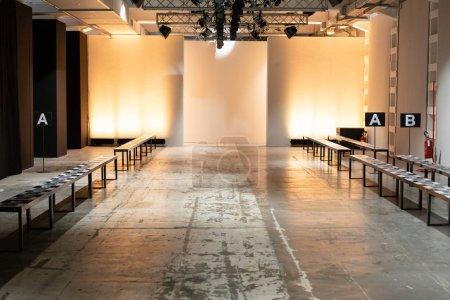 Photo pour Milan, Italie - 12 janvier: Piste vide juste avant spectacle de Miguel Vieira au cours de la semaine de la mode masculine de Milan le 12 janvier 2019 à Milan. - image libre de droit