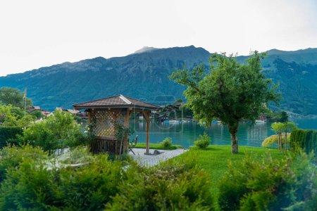 Photo pour La belle vue sur la ville de Brienz et le lac Brienz au printemps, Suisse - image libre de droit
