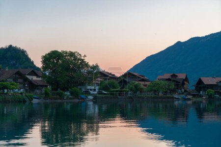 Photo pour La belle vue sur le village d'Iseltwald et le lac Brienz au coucher du soleil, Suisse - image libre de droit