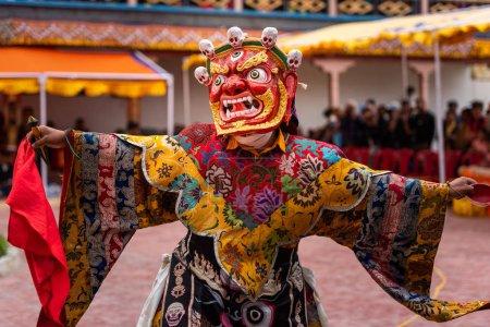 Photo pour Moine avec des vêtements colorés et masque effectue des danses Cham, danse rituelle au festival Takthok, Ladakh - image libre de droit