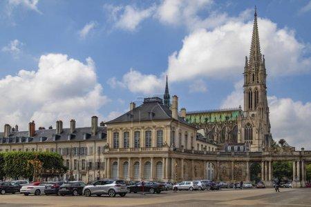 Photo pour Basilique Saint-Epvre et bâtiments sur la Grand Rue dans le centre historique de la ville de Nancy en Lorraine . - image libre de droit