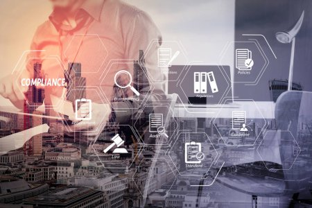 Compliance virtuelles Diagramm für Vorschriften, Gesetze, Normen, Anforderungen und Audit.Geschäftsmann arbeitet mit digitalem Tablet und Laptop-Computer und Kartenanhänger im modernen Büro