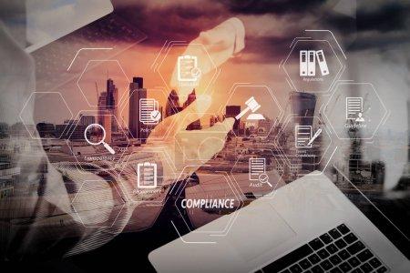 Compliance virtuelles Diagramm für Vorschriften, Gesetze, Normen, Anforderungen und Wirtschaftsprüfung.Geschäftspartnerschaftstreffen Konzept.Foto Geschäftsleute Handschlag. Erfolgreiche Geschäftsleute beim Händeschütteln nach perfektem Deal.