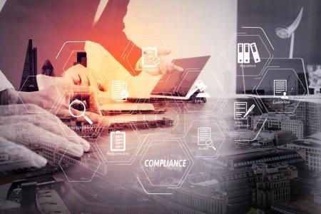 Compliance virtuelles Diagramm für Vorschriften, Gesetze, Normen, Anforderungen und audit.co Arbeitsgruppe Besprechungskonzept, Geschäftsmann mit Smartphone und digitalem Tablet und Laptop-Computer im modernen Büro.