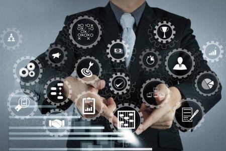 Photo pour Tableau de bord écran virtuel AR avec gestion de projet avec des icônes de planification, budgétisation, communication.businessman main dessin d'un graphique à secteurs et graphique 3D - image libre de droit