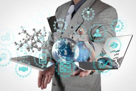 Photo pour Tableau de bord écran virtuel AR avec gestion de projet avec des icônes de planification, budgétisation, communication.businessman montre la technologie moderne comme concept - image libre de droit