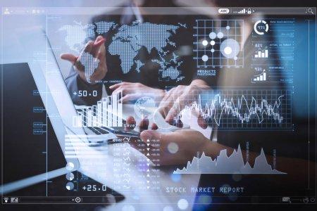 Photo pour Analyse par les investisseurs du rapport boursier et du tableau de bord financier avec Business Intelligence (BI), avec indicateurs de performance clés (KPI) .Réunion de l'équipe d'affaires. Investisseur photo professionnel travaillant sur un nouveau projet de démarrage . - image libre de droit