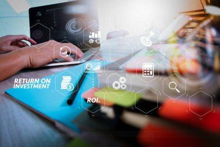 Photo pour ROI Indicateur de retour sur investissement dans le tableau de bord virtuel pour améliorer les affaires. documents d'affaires sur table de bureau avec téléphone intelligent et tablette numérique et graphique d'affaires avec diagramme de réseau social . - image libre de droit