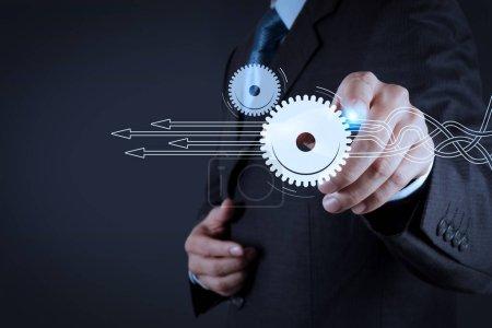 Photo pour Penser à structurer un diagramme virtuel des processus métier avec des solutions. Main d'homme d'affaires appuyant sur un bouton imaginaire sur l'écran virtuel - image libre de droit