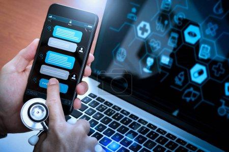 Photo pour Conversation Chatbot avec interface d'application d'écran de smartphone et traitement de la technologie d'intelligence artificielle assistant virtuel avec des informations de soutien à la clientèle, médecin main tenant téléphone mobile . - image libre de droit