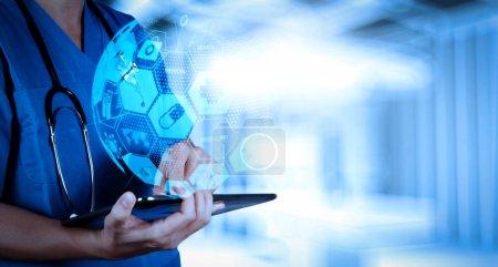 Photo pour Soins de santé et services médicaux concept avec le monde ou la forme globale et l'interface AR.success médecin intelligent travaillant avec la salle d'opération comme concept - image libre de droit