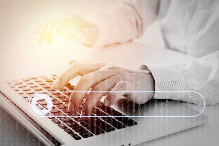 Photo pour La recherche de navigation Internet Data Information Networking Concept avec bar.close vide Rechercher vers le haut du clavier dactylographie homme d'affaires avec ordinateur portable sur le bureau blanc dans un bureau moderne bénéficiant d'une orientation code metrix - image libre de droit
