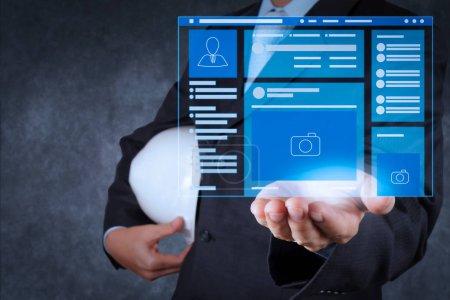 Photo pour Navigateur de page Web de Social Media Page VR Interface sur l'ordinateur portatif.ingénieur intelligent travaillant sur les nouvelles technologies . - image libre de droit