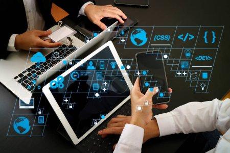 Photo pour Développeur de logiciels de codage travailler avec AR nouvelles icônes informatiques de tableau de bord de conception de scrum agile développement et fourche de code et la version avec réactif cybersecurity.co concept de réunion de l'équipe de travail - image libre de droit