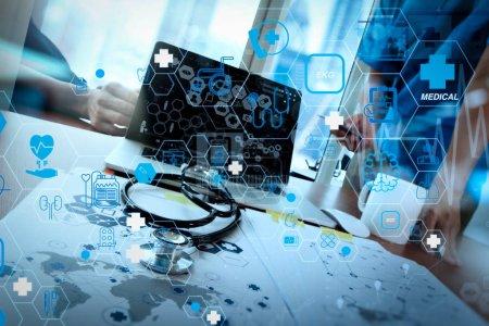 Photo pour Concept de services de soins de santé et de technologie médicale avec interface AR plat Médecin d'équipe travaillant avec un ordinateur portable dans un bureau médical et un diagramme de médias de réseau médical en tant que concept - image libre de droit