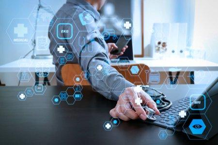 Photo pour Concept de services de soins de santé et de technologie médicale avec interface AR plat Médecin travaillant avec téléphone intelligent et stéthoscope et tablette numérique dans un bureau moderne à l'hôpital - image libre de droit