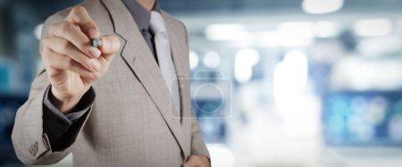 Photo pour Workimg homme d'affaires sur VR écran tactile large vierge ordinateur sur fond flou de bureau . - image libre de droit