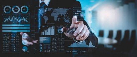 Investor analysiert Börsenbericht und Finanzinstrumentarium mit Business Intelligence (bi), mit Schlüsselindikatoren (kpi) .Geschäftsmann arbeitet mit Finanzprogramm auf Breitbild-Computer.