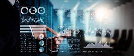 Photo pour Investisseur analysant rapport boursier et tableau de bord financier avec la veille économique (BI), avec les indicateurs de performance clés (KPI) .businessman main travaillant avec le programme des finances sur ordinateur grand écran . - image libre de droit
