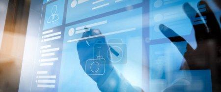 Photo pour Navigateur de page Web de Social Media Page VR Interface sur l'ordinateur portable.Main d'homme d'affaires appuyant sur un bouton imaginaire sur l'écran virtuel - image libre de droit