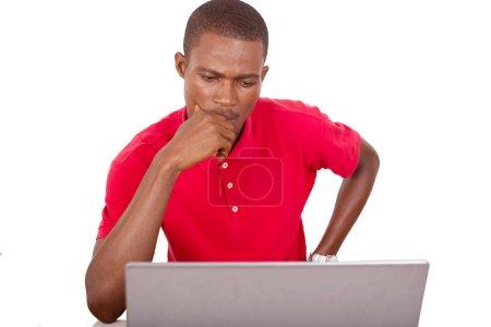 Photo pour Jeune homme d'affaires travaillant au bureau avec ordinateur et de penser à un projet - image libre de droit