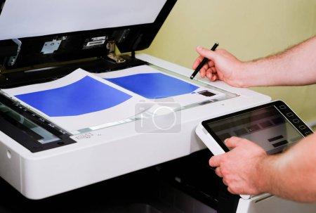 Photo pour Un homme scanne le document, gros plan - image libre de droit