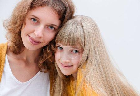 Photo pour Beau portrait d'une mère et de sa fille sur fond blanc - image libre de droit