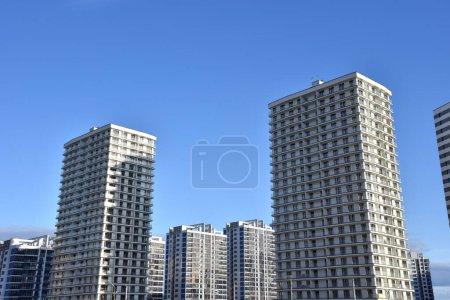 Photo pour Façade d'un nouveau bâtiment résidentiel moderne de grande hauteur . - image libre de droit